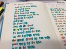 Ben je op zoek naar leesbegeleiding voor je kind die moeite heeft met lezen. In januari start ik de training met een leesgroepje met 1 of 2 kinderen met de Methode Taal in Blokjes. Wat is Taal in Blokjes? De F&L methode® is een cognitieve, taalkundige methode voor lezen en spellen. Lezen en Spellen worden aangeboden in een geïntegreerd systeem. Werkvormen voor lezen ondersteunen de spelling en omgekeerd. De F&L methode® is ontwikkeld vanuit de praktijk en gaat uit van de klankstructuur van de Nederlandse taal. Door de verschillende soorten klanken een kleur te geven, wordt de klankstructuur van het taalsysteem zichtbaar gemaakt en het fonologisch bewustzijn gestimuleerd. Bij het lezen staat de klinker centraal. Voor het ontsleutelen van meerlettergrepige woorden is het belangrijk dat de klinker wordt waargenomen als ankerpunt van de lettergreep en dat de (visuele) segmentatie van de lettergrepen tussen de klinkers correct wordt uitgevoerd. Het waarnemen van het aantal klinkers in woorden geeft tevens informatie over de woordlengte. Hierdoor kan de leerling beter voorspellen hoe een woord moet worden gelezen. De klankregels van de spelling zijn gebaseerd op klinker-medeklinkercombinaties en klankgroepen (een klankgroep is wat je hoort, een lettergreep is wat je leest) Leerlingen leren om de spelling van woorden te (re)construeren vanuit de klankstructuur van de taal. De nadruk ligt op het begrijpen van het spellingsysteem en het leren spellen van woordstructuren in plaats van op het leren spellen van specifieke woorden of woordpakketten.
